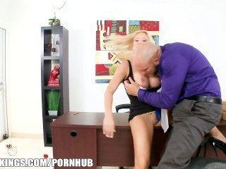 биг-синица блондинка босс делает ее работник сосать и трахать ее киску