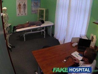 Fakehospital скрытые камеры поймать женского пациента с помощью массажа инструмент