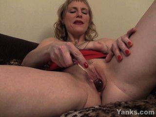 сексуальная мамаша Джози радуя ее киска с игрушками