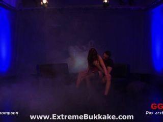 грудастая красотка Bukkake Фиона любит получать теплую сперму на ее очки