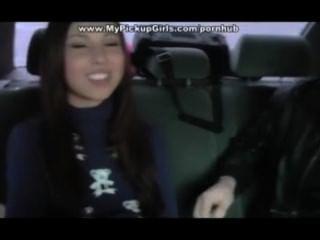 челки девушка в машине и кончает в рот