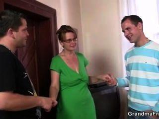 Горячая зрелая женщина принимает два петухи сразу