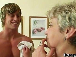 домохозяйка получает пригвожден к молодой парень