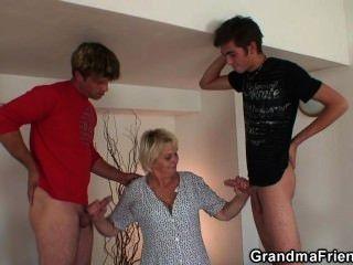 горячий секс втроем с блондинкой старой