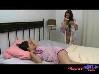 мама трахает ее сексуальный дочь с страпон