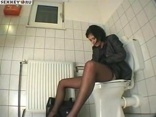 Ласкает себя в туалете