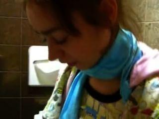 миниатюрная наташа Теени голым в туалете