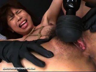 японский секс-рабыней привязаны к бамбуковый шест и трахал с машинами