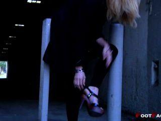 грязные ноги на высоких каблуках
