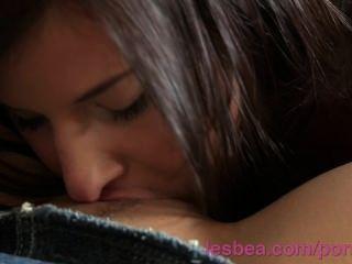 Lesbea Hd влажная молодой трахает ее гс сверкающее сочную влажную киску, пока она не кончает