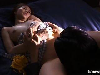 Японские девушки очаруют похотливую пожилые женщины в живых Room.avi