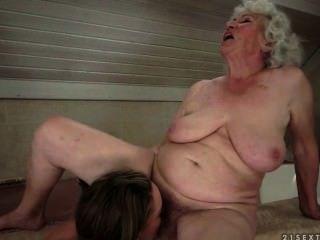 лесби между бабуля и молодых