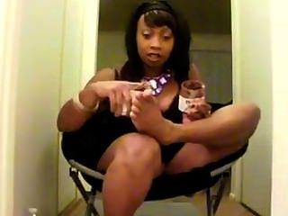 черное дерево, облизывая Nutella от ее ног