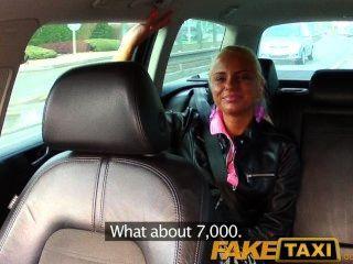 Faketaxi реальное любительское подростковых капель трусики и позволяет таксист трахать ее с