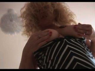 привлекательная зрелая блондинку детка полосы и позы