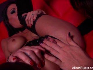 Alison Tyler трахает горячая брюнетка