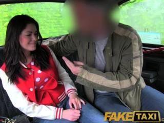 Faketaxi Великобритании чав получает ее задницу шлепала и киска толченый