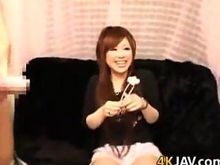 милый японский шлюха дрочит два крана