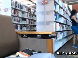 сексуальная брюнетка учитель мастурбирует в библиотеке