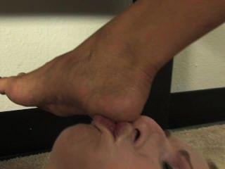 облизывать мои ноги под столом (поклонении стопы) (kissherfoot)