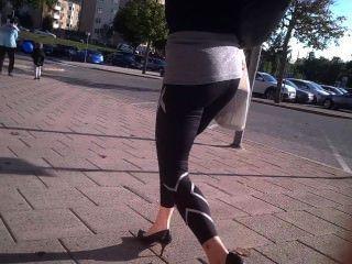 Невероятное мамаша с торцом пузыря в черные лосины и каблуки ходьбе 2