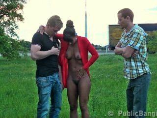 милый черный молодых девушка общественного групповуха с 2 парнями на улице