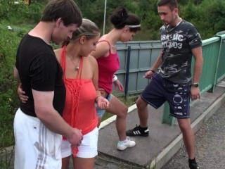 общественного оргии с большой грудью девушки на шоссе путепровод