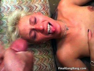 сексуальная блондинка мамаша получает ее последний групповуха Part3