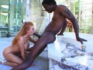 мамаша трахает черный член в ванной комнате